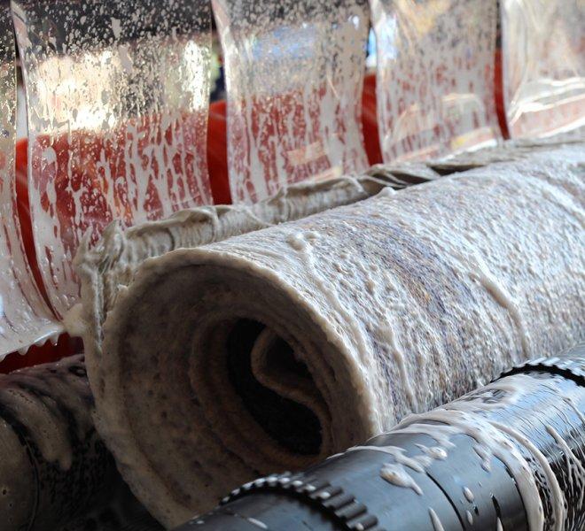 Nakon detaljnog i temeljnog pranja tepih se zatim ispira.